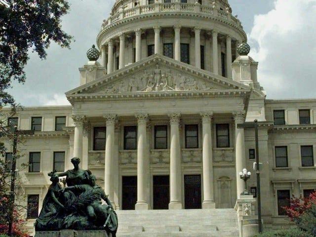 「ここで我々は再び行く:」裁判官はミシシッピ州の中絶禁止をブロック