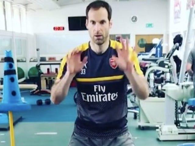 Я не могу перестать смотреть это видео о Петре Чехе, ударяя пинг-понг-шары с его лица