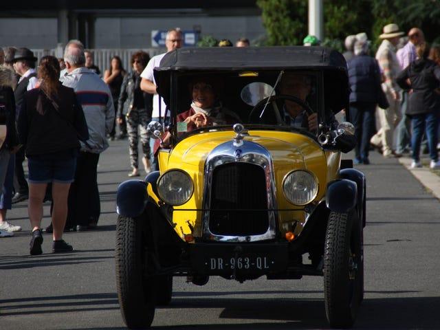 Μια ωραία Κυριακή διαδρομή μέσα από γαλλικές πόλεις και την ύπαιθρο, με 300 συναδέλφους κλασικά αυτοκίνητα!