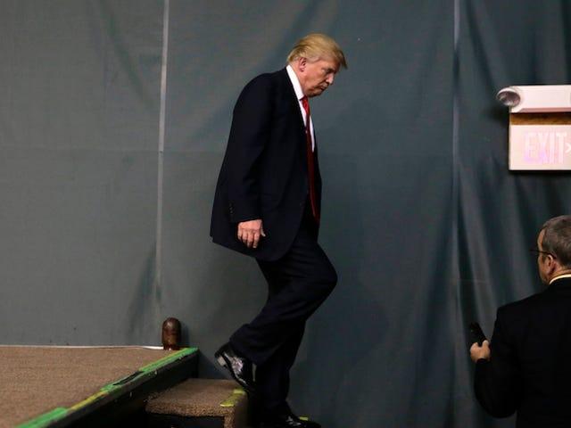 Donald Trump peut absolument monter et descendre les escaliers comme un grand garçon