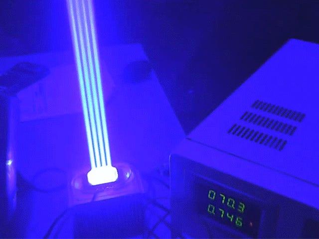 YouTuber buduje najpotężniejszy ręczny wskaźnik laserowy na świecie i może natychmiast stopić szkło