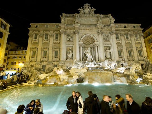 A dónde van a parar los 1,5 millones de dólares en monedas que cayeron en la Fontana di Trevi