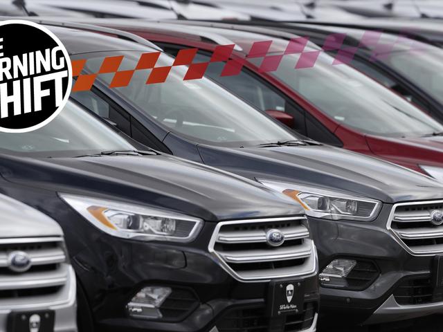 Những chiếc xe mới chưa được bán tràn vào các trung tâm và cánh đồng mua sắm trống