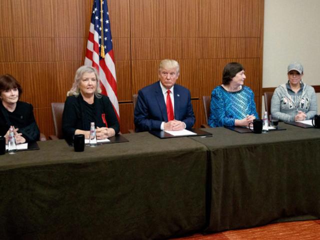 डोनाल्ड ट्रम्प ने महिलाओं के साथ प्रेस कांफ्रेंस की, जिन्होंने यौन उत्पीड़न के बिल क्लिंटन पर आरोप लगाए