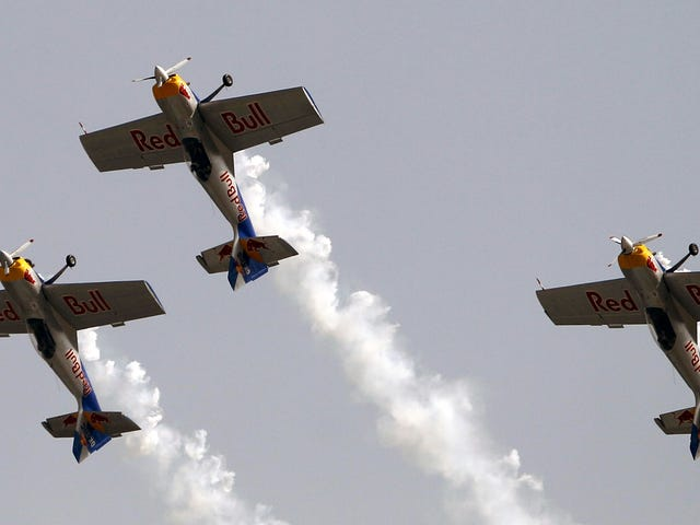 Τα αεροπλάνα του Red Bull συγκρούονται κατά τη διάρκεια της απόδοσης