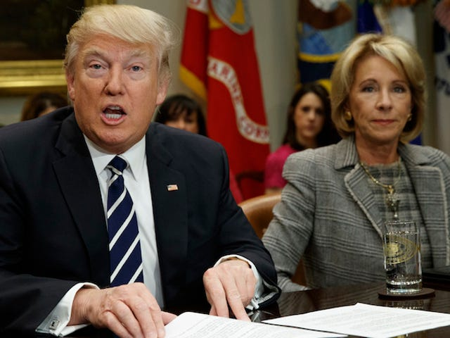 Donald Trump Secara pribadi menekan Betsy DeVos Ke Fucking Over Transgender Students