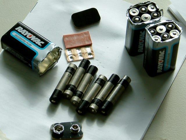 Προσεκτικά ξεφλουδίστε μια μπαταρία 9V για να βρείτε μικρότερες μπαταρίες μέσα