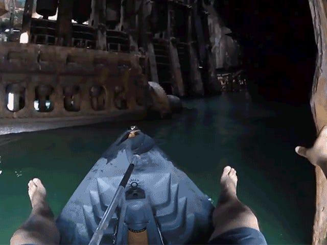 Kayaking Thông qua một vụ đắm tàu bị bỏ rơi Giống như Khám phá một tàu vũ trụ người nước ngoài cổ đại