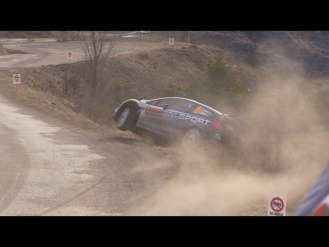 Toute la population française repousse la voiture de rallye écrasée sur la route