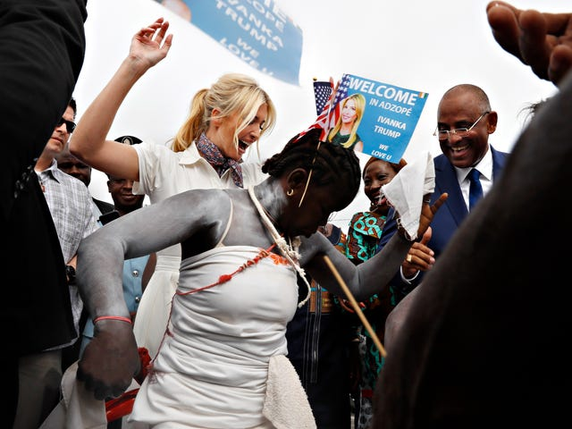 Varför är Ivanka Trump besöker Elfenbenskusten och, viktigare, varför dansar hon?