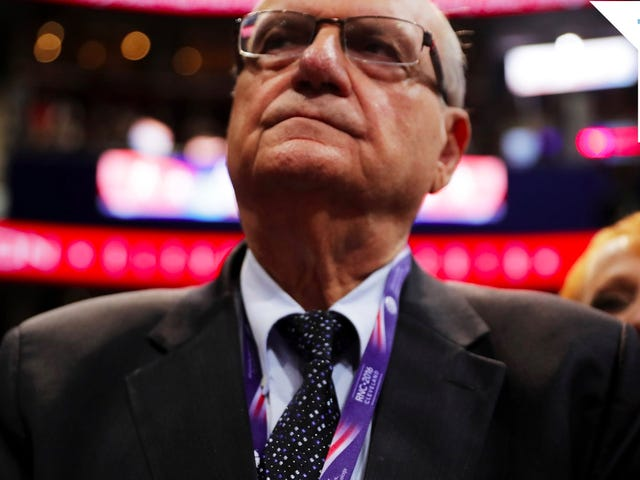 Trump Ay Ngayon 'Seriously isinasaalang-alang' Pardoning Notoriously Racist Serip Joe Arpaio