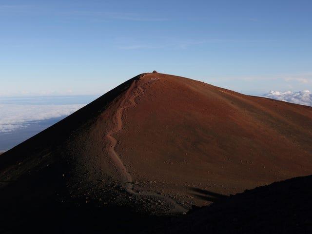 Cientos de astrónomos denuncian arresto de nativos de Hawai que protestan por el telescopio de treinta metros