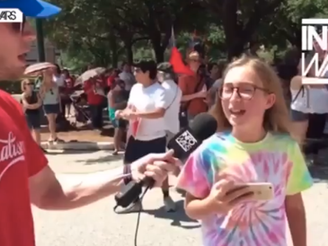 "Regardez un enfant appeler un hôte d' <i>Infowars</i> ""un putain d'idiot"" <em></em>"