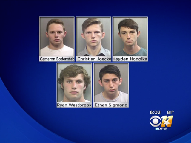 """5 Texas Teens Face -maksua ilmoitettuaan tunnustavan Spray-Painting """"Whites Only"""" yli koulun juominen suihkulähde"""