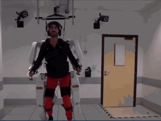 En lammet mand formår at gå med et hjernekontrolleret eksoskelet