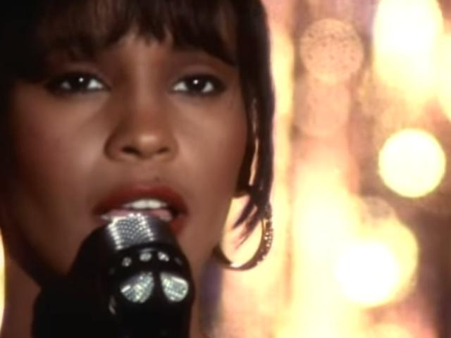 El día que un Boeing 737 tuvo que realizar un aterrizaje de emergencia porque una mujer no dejaba de cantar <i>I Will Always Love You</i> de Whitney Houston