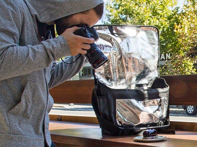 Bu kamera çantasına yerleştirilmiş bir reflektör var