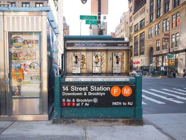 Un buveur raciste «Lime-a-Rita Drinker» se laisse prendre par le train de métro L par d'autres passagers pour avoir crié à plusieurs reprises le N-Word