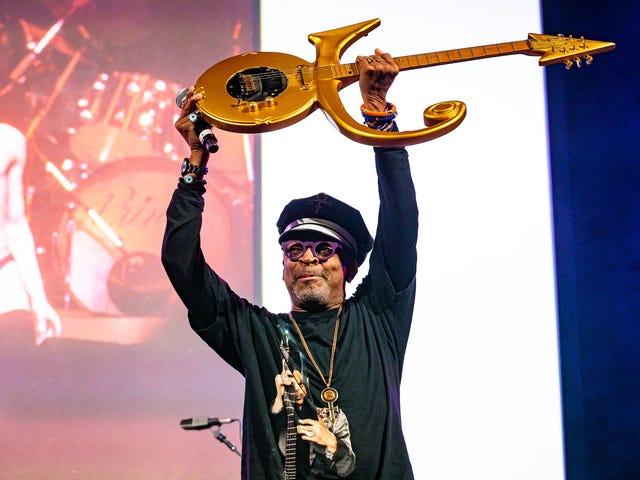 De «l'échelle» à «la croix», l'héritage de Prince perdure grâce à ses amis et à sa musique lors d'un hommage à l'hôtel de ville