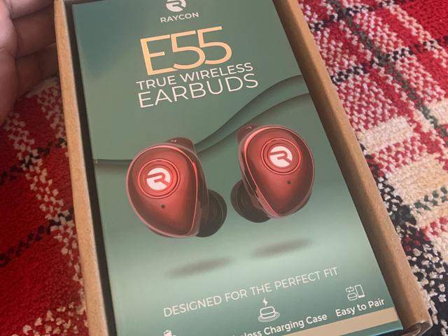 Shawty Got Gifts: uma revisão do produto Os fones de ouvido sem fio True Raycon E55 da Ray J