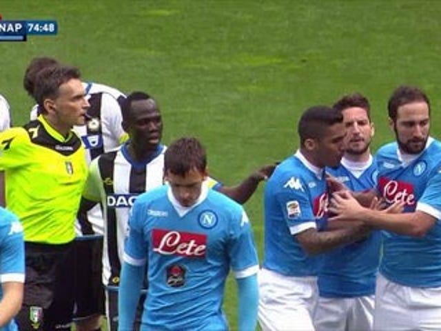 Gonzalo Higuaín perde la testa dopo aver ricevuto il cartellino rosso