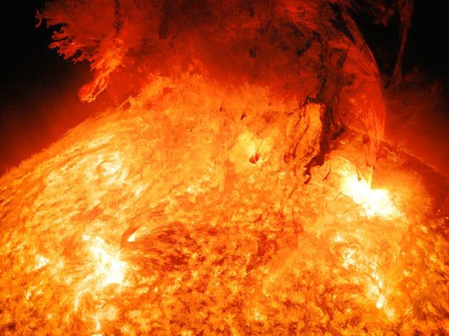 Cuando encuentres la Tierra en esta obraz de erupción solar te sentirás muy pequeño