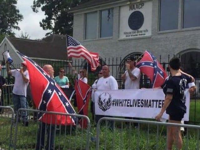 'व्हाइट लाइव्स मैटर' ग्रुप ह्यूस्टन NAACP के बाहर विरोध करता है