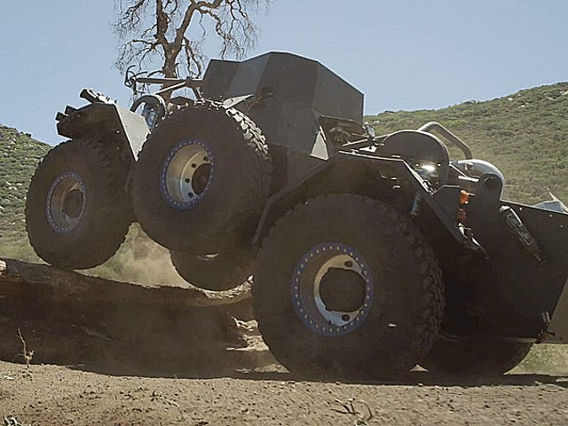 एक पुरानी सेना ट्रक और एक नई रेस कार के अस्थिर स्पॉन देखें