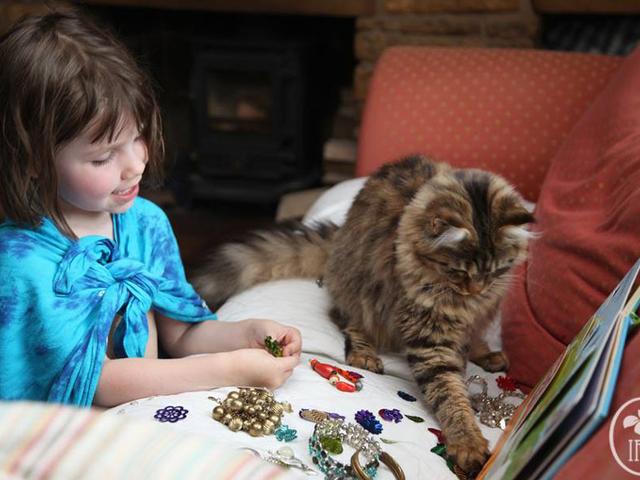 5 år gammal autistisk tjej och hennes terapi katt