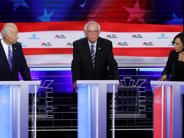 Joe Biden poteva a malapena guardare Kamala Harris