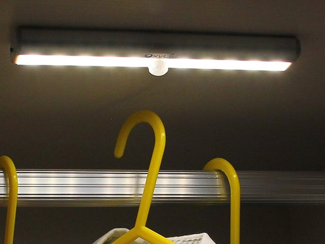 Verlicht uw kasten en kasten met deze $ 5 Stick-Anywhere Motion Lights