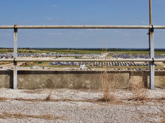 Tysiące zalanych pojazdów huraganowych w końcu zabił Texas World Speedway