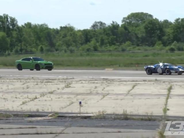 Αυτό το Ford GT40 μπορεί να είναι ένα αντίγραφο, αλλά μπορεί ακόμα να σπαταλήσει έναν Dodge φορτιστή Hellcat