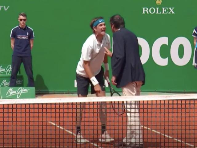 Tennisspiller skrik i stolsspillerens ansikt under overgrodd tantrum