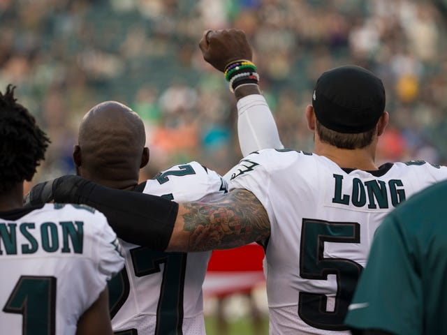 Chris Long on Malcolm Jenkinsin takaisin inhimon protestissa