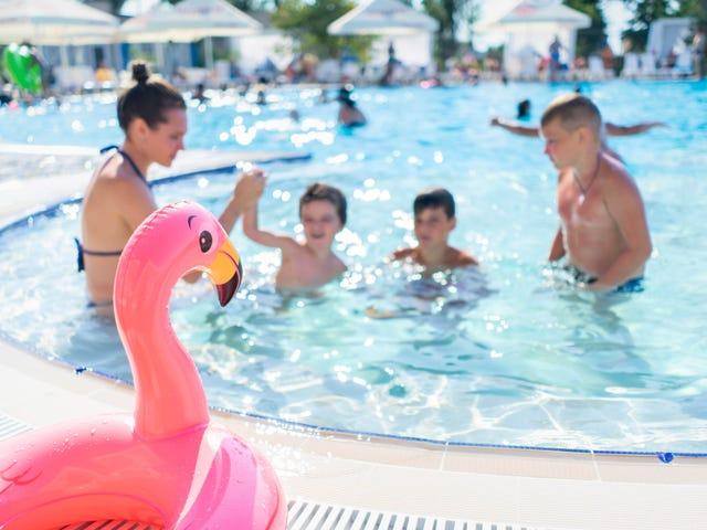 Lær dit barn, hvad de skal gøre, hvis nogen griber dem, mens de svømmer