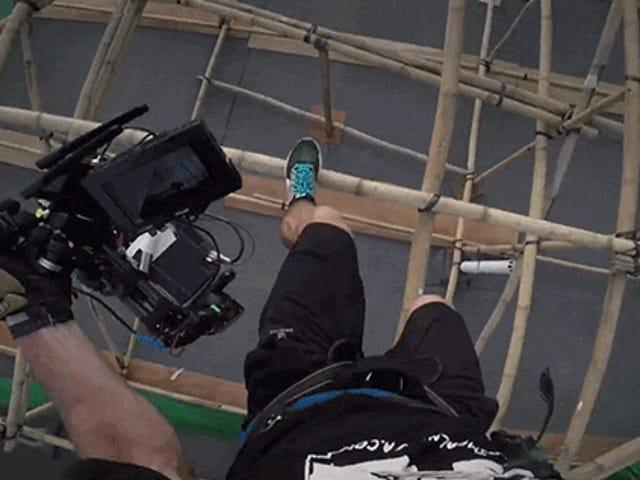 Titta på den här Badass kameramannen gör galen hoppar av byggnader under filmning