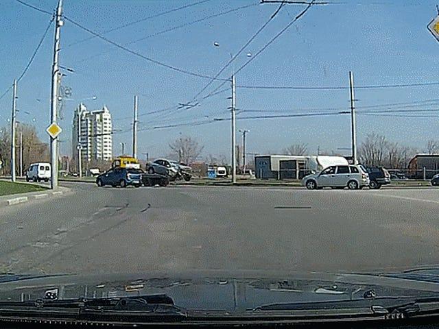 Caminhão de reboque russo deixa cair um carro e apenas mantém a condução