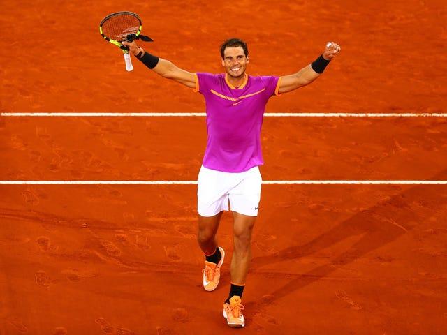 Rafael Nadal possède la saleté et toute personne debout dessus