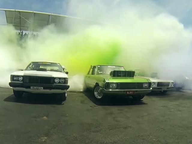Xem một kỷ lục-Breaking 103 Cars Do A Mega Burnout Để Ring Trong 2015