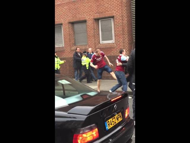 Her er nogle EPL-hooligans brawling, fordi det er hvad de gør bedst