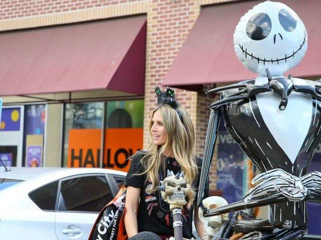 Костюм Хэллоуина Хайди Клум включает в себя на корточках