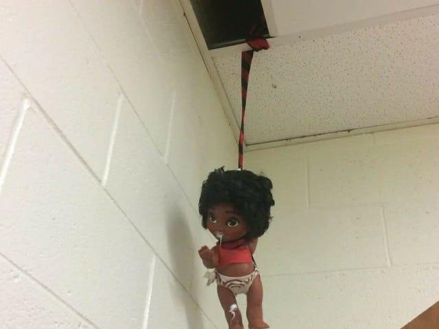 """Poupée noire trouvée suspendu du vestiaire dans Penn.  High School, les fonctionnaires appellent cela un """"farce folle"""""""