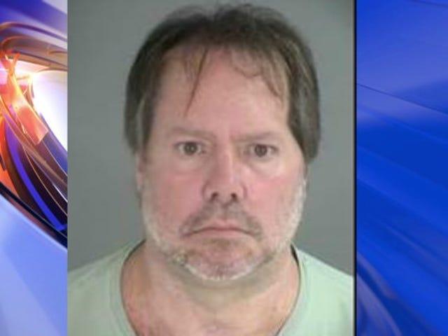 Συναγερμός-Flag-Κουνώντας Άνδρας συνελήφθη μετά δείχνοντας κυνηγετικό όπλο σε μαύρη γυναίκα, Βανδαλίζοντας αυτοκίνητο