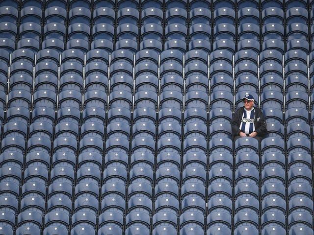 I fan del West Brom celebrano la demolizione della loro squadra con un canto brillante