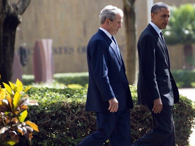 Presiden Obama Dan George W. Bush Bercakap Pada Perkhidmatan Memorial Dallas