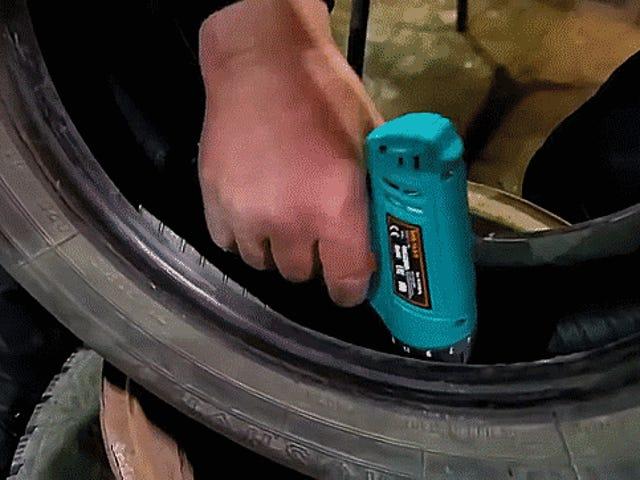 このガイを見て、自己タッピングネジとダクトテープを使用してスケッチでスタッドドアイスタイヤを作る