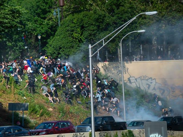 Fotos: Die Polizei setzt Gewalt ein, um landesweite Proteste auszulösen, da Trump das Kriegsrecht bedroht