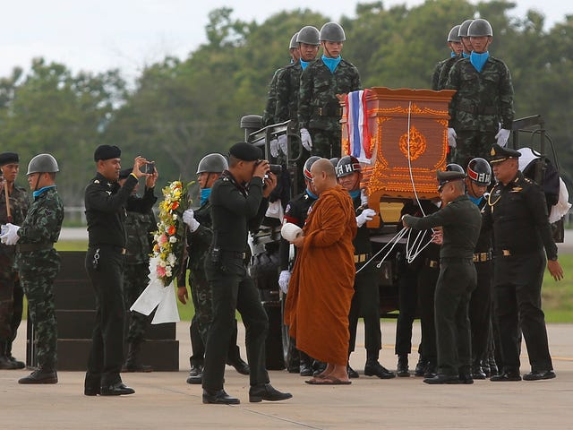 Former Navy Diver Dies in Thai Cave While Working to Rescue Trapped Boys
