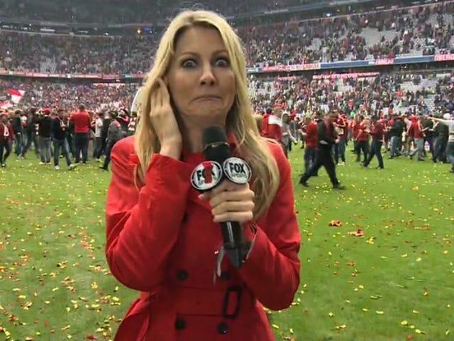 Grande torcedor do Bayern de Munique subjugado antes de invadir o arremesso ao vivo
